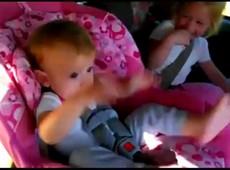 Bebê acorda ouvindo Gangnam Style