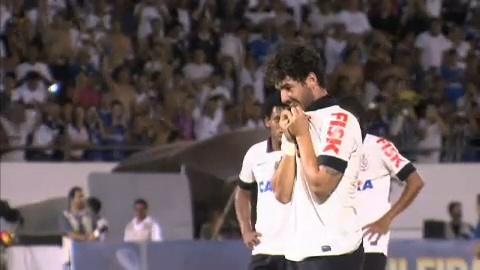 Pato cobra pênalti e dá vitória ao Corinthians