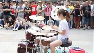 Garota arrasa em bateria na rua