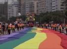 Festa e reivindicação em Copacabana durante desfile do orgulho gay