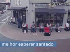 Cansa esperar em pé? Japoneses usam cadeiras que andam sozinhas em filas