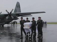 Vítimas do voo da Chape são recebidas sob chuva e emoção de parentes