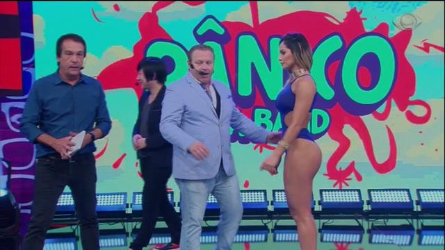 Fabrizio Puentes hipnotiza panicat no palco do Pânico