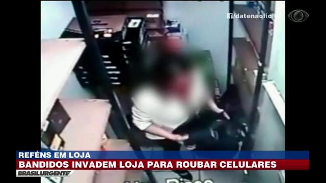 Bandidos invadem loja para roubar celulares