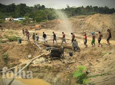 Índios tentam fechar megagarimpo ilegal que polui rio no Pará