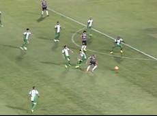 Sheik faz um corta-luz e bate por cima do gol do Coritiba