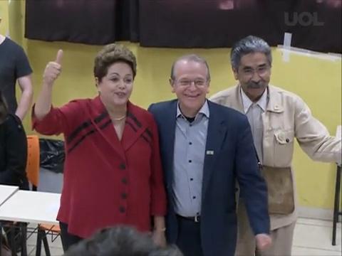 """Dilma evita """"V da vitória"""" e faz apenas sinal de positivo - UOL Mais"""