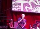 Roberto Justus canta enquanto a filha Rafinha toca teclado em apresentação