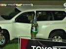 Jogadores entram em carro da Toyota para comemorar gol