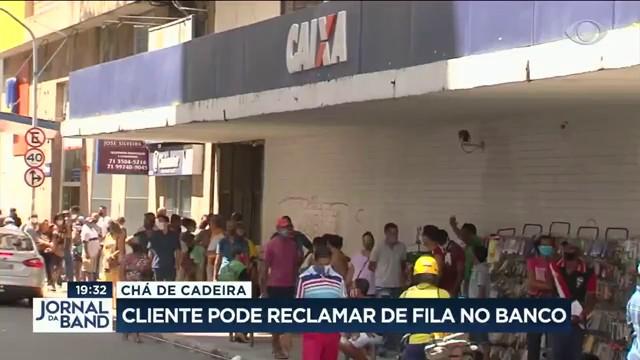 Clientes reclamam de longas filas no bancos