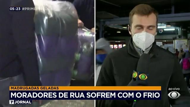 Moradores de rua recebem doações para enfrentar o frio
