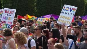 Parada na Hungria reúne milhares de pessoas contra lei anti-LGBT