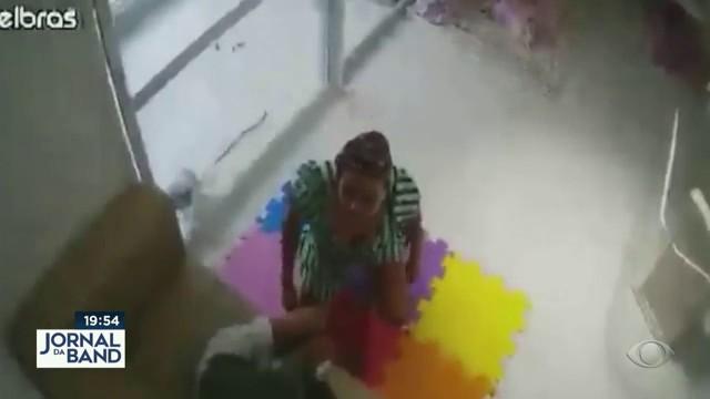 Patroa que agrediu babá é indiciada por 4 crimes